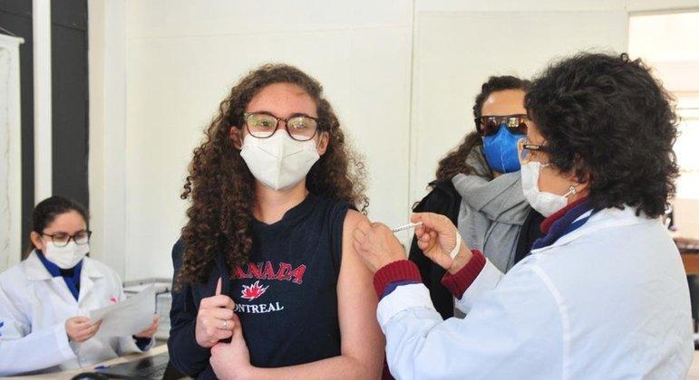 Adolescentes de 12 a 17 anos são vacinados contra covid-19 em São Paulo