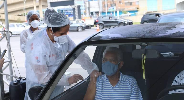 Vacinação de idoso em drive-thru do Paço Municipal de São Bernardo