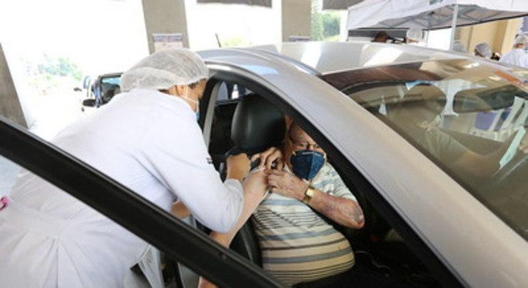 Profissionais de saúde com mais de 60 anos podem ser vacinados nos postos drive-thru