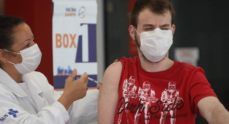 Vacinação de jovens contra a covid-19 na cidade de São Paulo