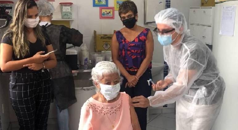 Esther Barbosa Moreira, de 103 anos, foi uma das primeiras a ser vacinada