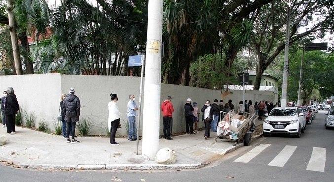 Postos registraram longas filas em toda a cidade
