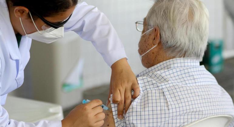 Vacina de Oxford é capaz de prevenir casos graves e mortes em idosos, diz OMS