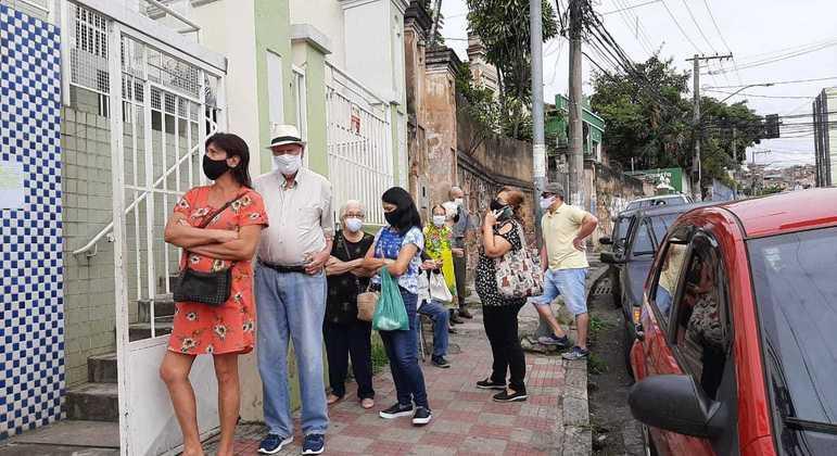 Moradores reclamaram de longas filas nos postos de saúde neste fim de semana