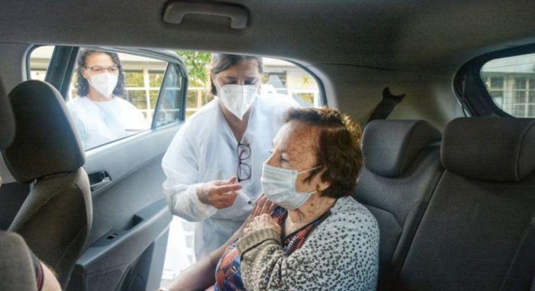 Vacinação de idosos acontece em três pontos de drive-thru em Santo André