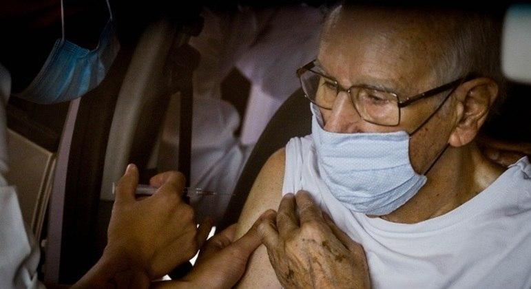 SP começa a vacinar idosos com 75 e 76 anos