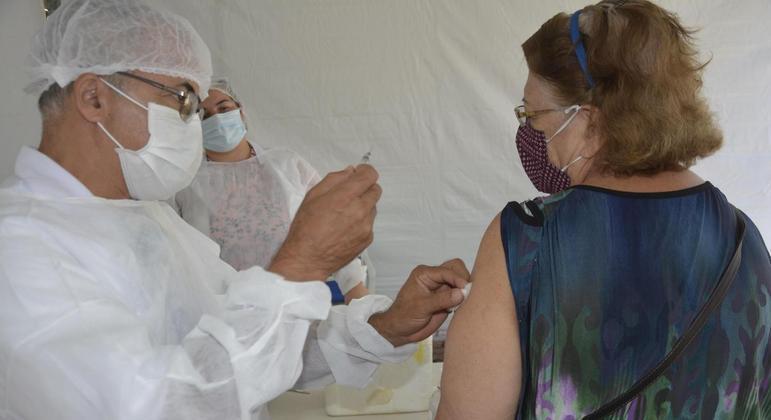 SP vacinará contra covid-19 idosos de 67 anos a partir de hoje