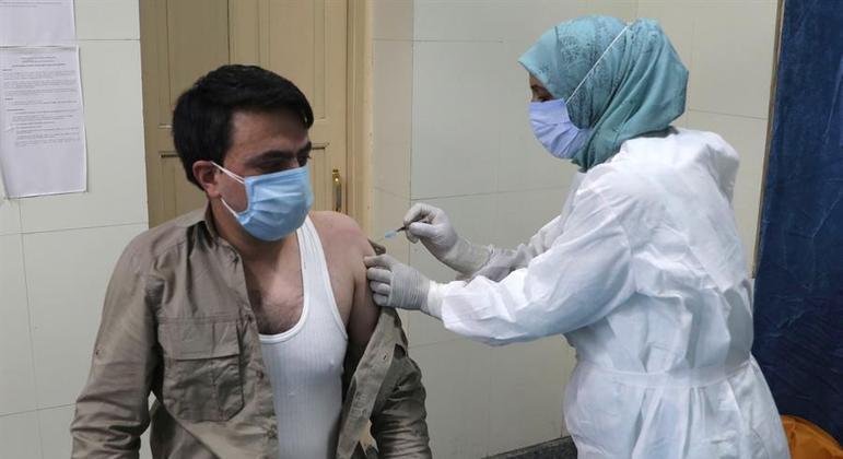 Índia enfrenta pico de infecções com baixa cobertura vacinal