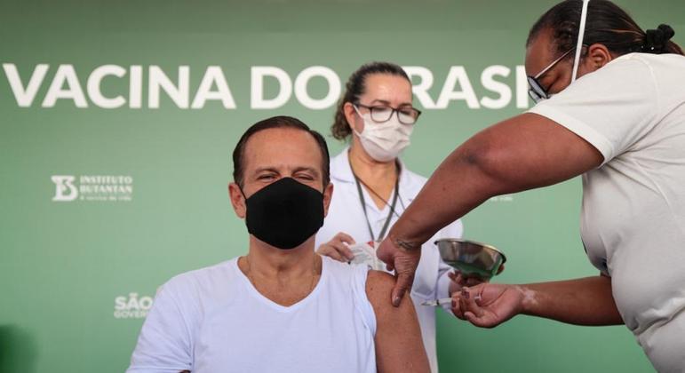 Governador de São Paulo, João Doria, recebe 2ª dose de Coronavac nesta sexta (4)