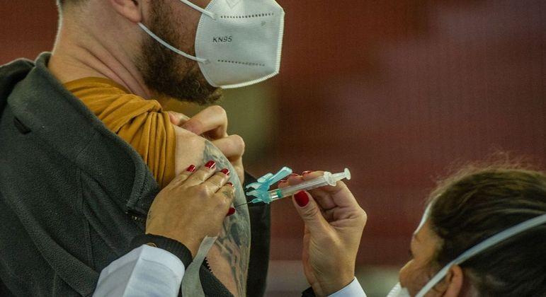 Movimento em posto de vacinação contra a covid-19 em Porto Alegre (RS)