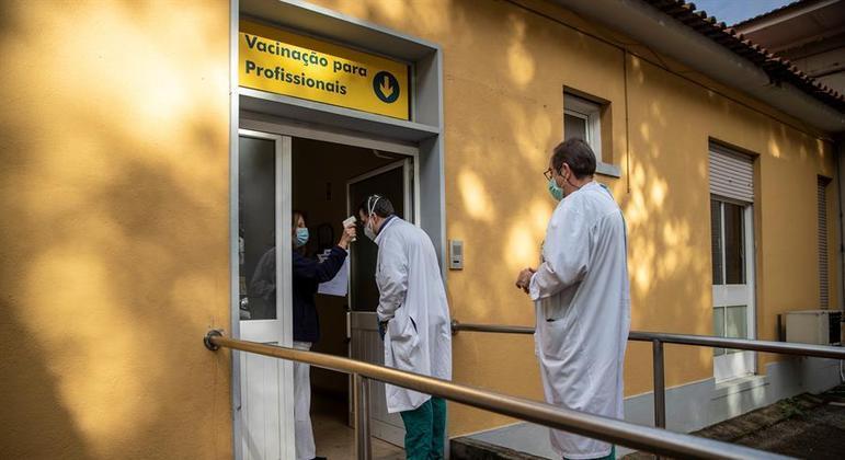 Portugal começa nesta segunda-feira (4) a vacinação contra o novo coronavírus em asilos