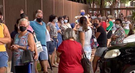 Moradores de Serrana em fila para vacina
