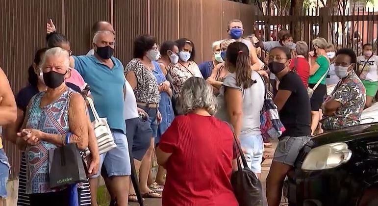 Fila de vacinação em Serrana (SP)