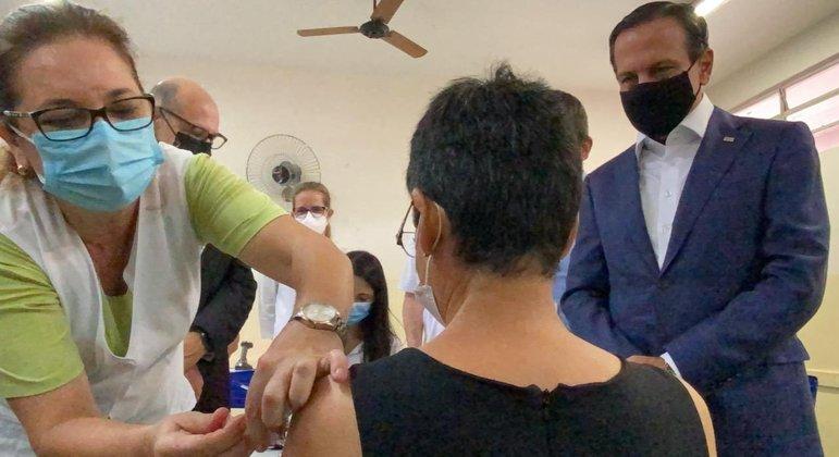 Em projeto-piloto, moradores de Serrana (SP) recebem as primeiras doses da CoronaVac