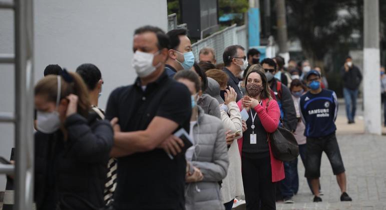 Fila para vacinação contra a covid-19 na UBS Moema, na zona sul de São Paulo