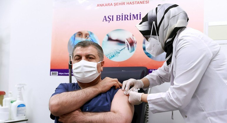 Ministro da Saúde da Túrquia, Fahrettin Koca, foi vacinado diante das câmeras