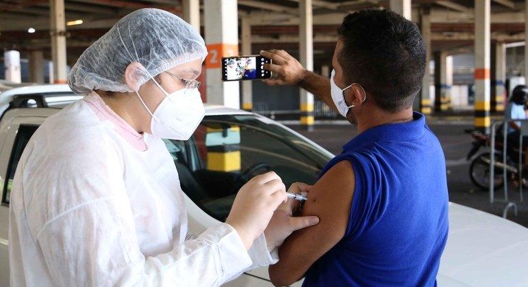 Vacinação contra covid-19 avança nas capitais do Brasil