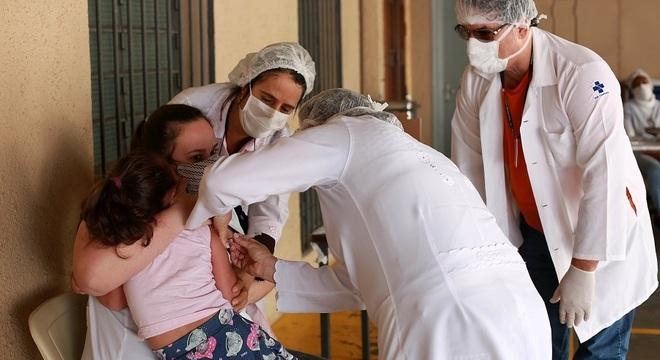 Vacinas devem ser mantidas em dia durante a pandemia de covid-19