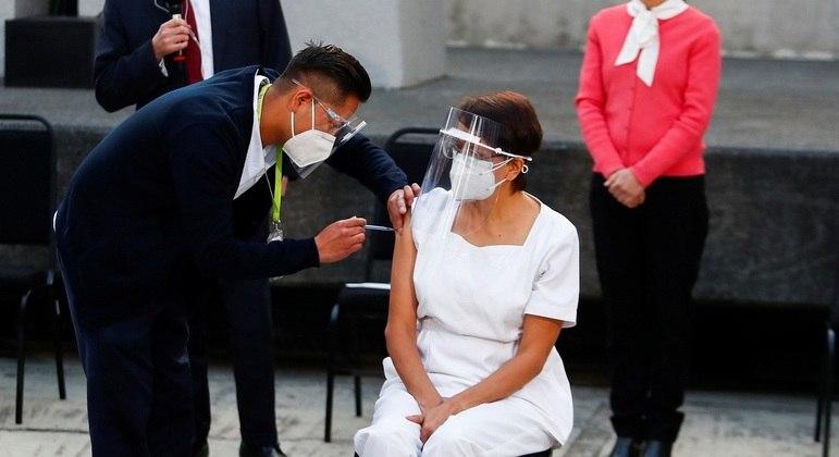 Enfermeira María Irene Ramírez, de 59 anos, foi a primeira a receber a vacina