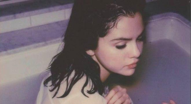 Selena Gomez mostra trechos de letras das faixas do álbum