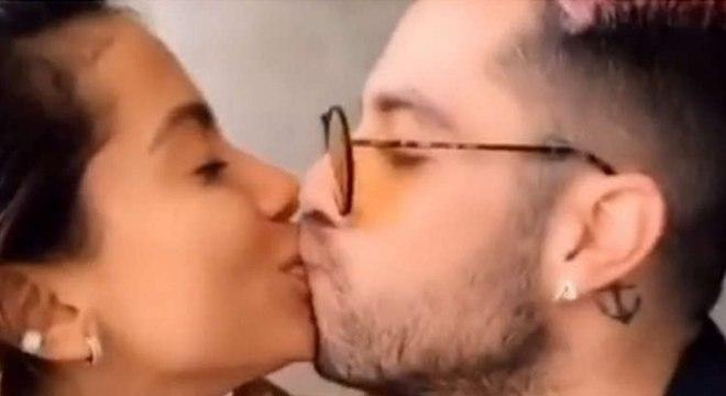 Anitta e Gui Araújo assumem romance trocando selinho em vídeo que promove boa ação