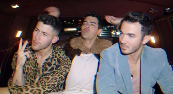 Jonas Brothers vão a Las Vegas no clipe alternativo de