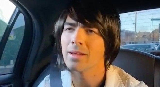 Jonas Brothers colocam perucas e recriam cena do filme