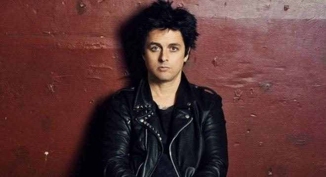 Billie Joe do Green Day grava cover direto do seu quarto isolado para o combate ao coronavírus
