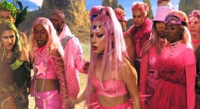 Lady Gaga apostou em visual colorido e com muita dança e uma batalha entre tribos