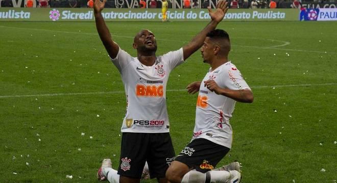 Vagner Love. O agradecimento aos céus pelo gol decisivo contra o São Paulo