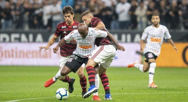 Vagner Love, hoje no Corinthians, chamou a atenção da defesa do Flamengo