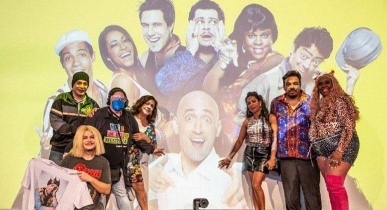 Elenco do 'Vai Que Cola' posa ao lado de Ju Amaral, irmã de Paulo Gustavo