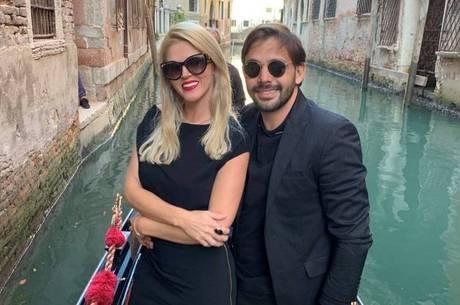Val e Thiago ficaram noivos em Veneza