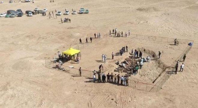 Valas comuns no Iraque contêm restos mortais de dezenas de curdos mortos por ordens de Saddam