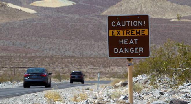 Placa no Parque Nacional do Vale da Morte (EUA) alerta para risco de calor extremo