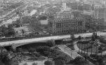 A imagem retrata as obras em um viaduto no Vale do Anhangabaú, projetado pelo arquiteto Elisário Bahiana, em 1930.
