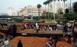 Em 1999, citricultores encheram o Vale do Anhangabaú de laranjas para protestar