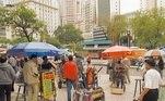 A foto de 2004 retrata o comércio ambulante nas ruas do centro, algo que se intensificou a partir dos anos 2000.