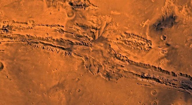 Imagem em alta resolução coletada pela câmera HiRISE, a bordo de sonda da NASA