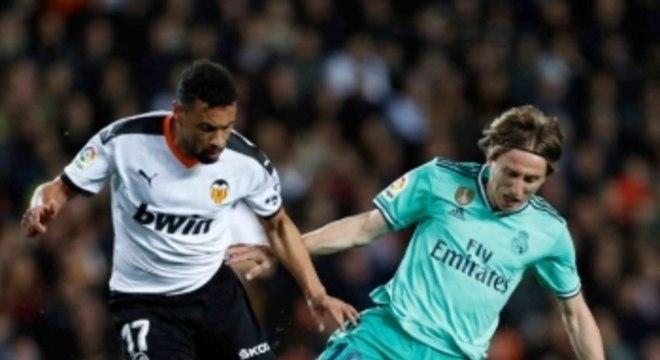 Com Courtois na área, Benzema faz aos 49 do 2ºT, mas Real só empata com Valencia e perde chance liderar