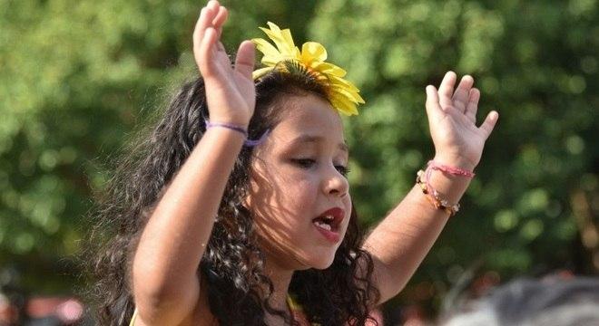 Valentina, de sete anos, rouba a cena em bloco de Alceu Valença