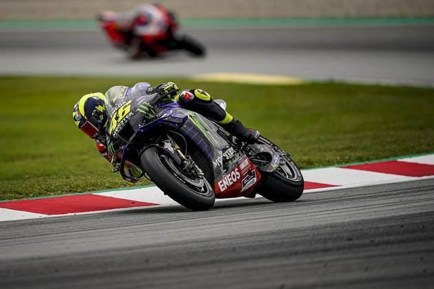 Valentino Rossi estava em segundo quando caiu e abandonou