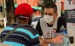 Voluntário presta atendimento em Roraima, neste sábado (17). Até o fim do mês, a campanha