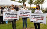 No Rio de Janeiro, voluntárias portam faixas com dizeres motivacionais