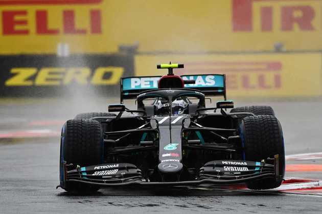 Valtteri Bottas acelera sob a chuva da tarde na Hungria