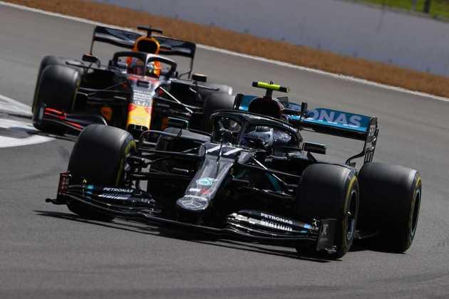 Valtteri Bottas encaminhava o quarto pódio em quatro corridas, mas um furo de pneu o fez ficar fora dos pontos