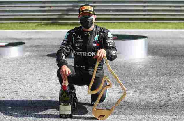 Valtteri Bottas exibe orgulhoso o troféu conquistado no GP da Áustria de 2020