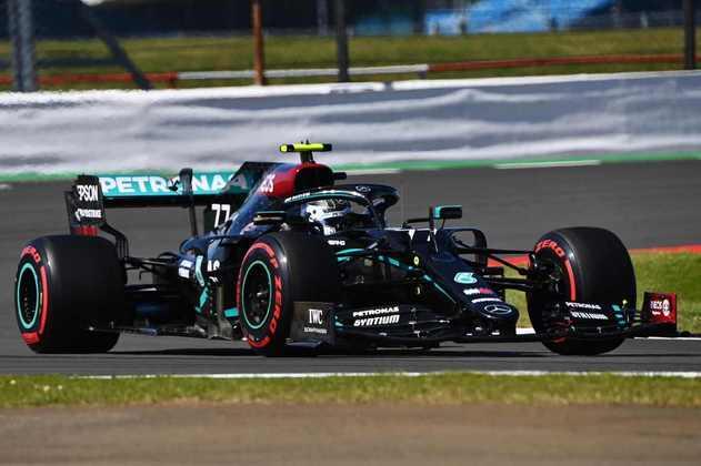 Valtteri Bottas liderou o 1-2 da Mercedes no primeiro treino livre em Silverstone