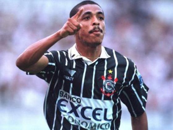 Vampeta, ídolo do Corinthians e campeão do mundo em 2002 com o Brasil, teve como técnico Amadeu no Vitória, no início da carreira na base.