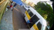 Vídeo: Criança é arremessada de van escolar e atropelada no DF
